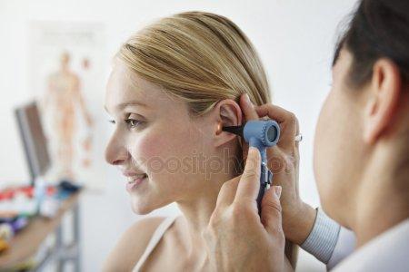 Уход за ушами человека: защита, гигиена, чистка, серная пробка.