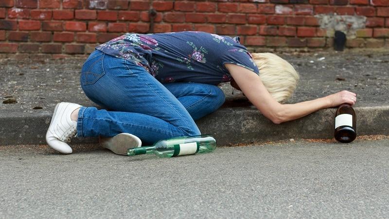 Признаки алкоголизма у женщин: причина, отличие от мужчин, помощь.