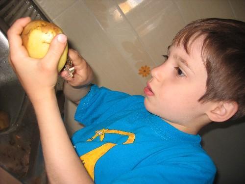 Чистить картошку