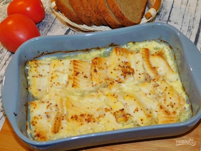 Запеченная рыба в духовке с кукурузой, посыпанная тертым сыром.