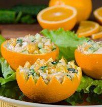 Салат из креветок в апельсиновой формочке: последовательное приготовление.