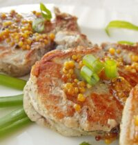Как приготовить свиные медальоны с картофельными оладьями?